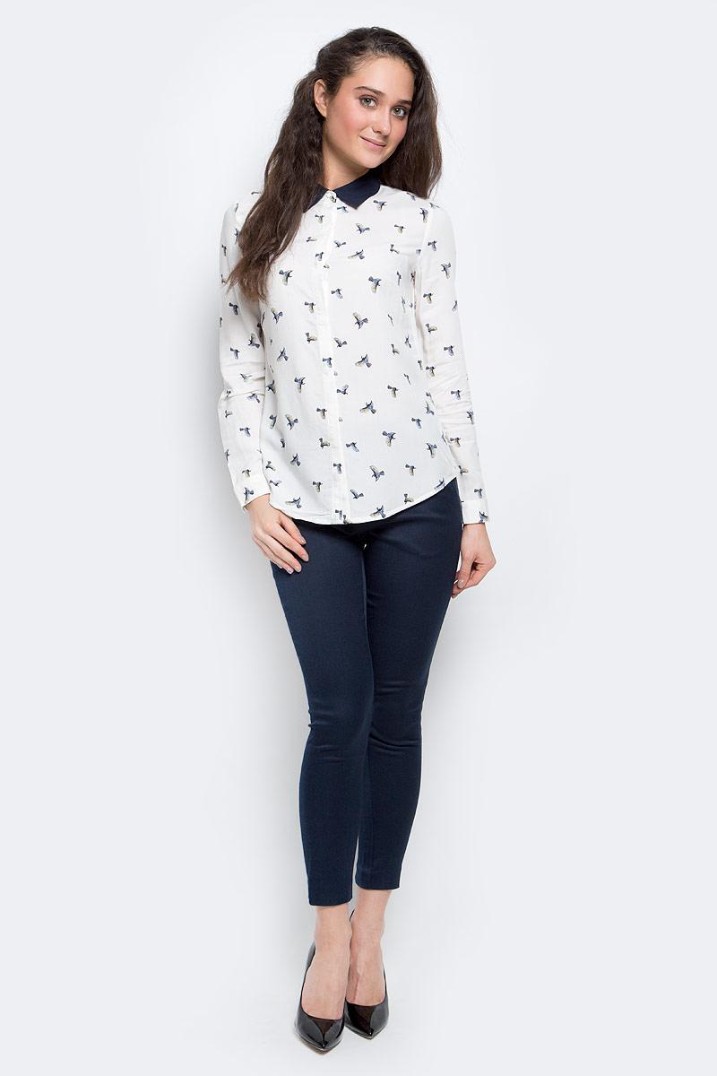 Блузка женская Sela Casual, цвет: белый, темно-синий. B-112/1146-7140. Размер M (46)B-112/1146-7140Стильная женская блузка выполнена из 100% вискозы, застегивается спереди на пуговицы, скрытые планкой. Модель с отложным воротником и длинными рукавами.