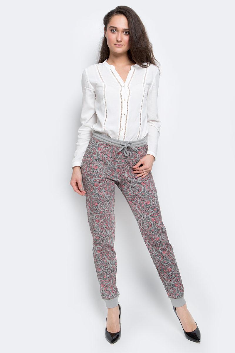 Брюки женские Sela, цвет: серый, розовый. PH-165/003-7100. Размер S (44)PH-165/003-7100Стильные женские брюки выполнены из натурального хлопка. Брюки на талии имеют широкую эластичную резинку со шнурком. Низ брючин дополнен трикотажными манжетами.