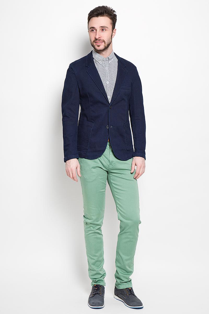 Пиджак3922414.62.12_1098Джинсовый мужской пиджак Tom Tailor Denim выполнен из хлопка с добавлением полиэстера и эластана. Пиджак с длинными рукавами и воротником с лацканами дополнен спереди двумя накладными карманами, на груди - прорезным кармашком, с внутренней стороны - прорезным карманом на кнопке. Низ рукавов украшен декоративными пуговицами. Спинка дополнена одной шлицей. Застегивается пиджак на две пуговицы.