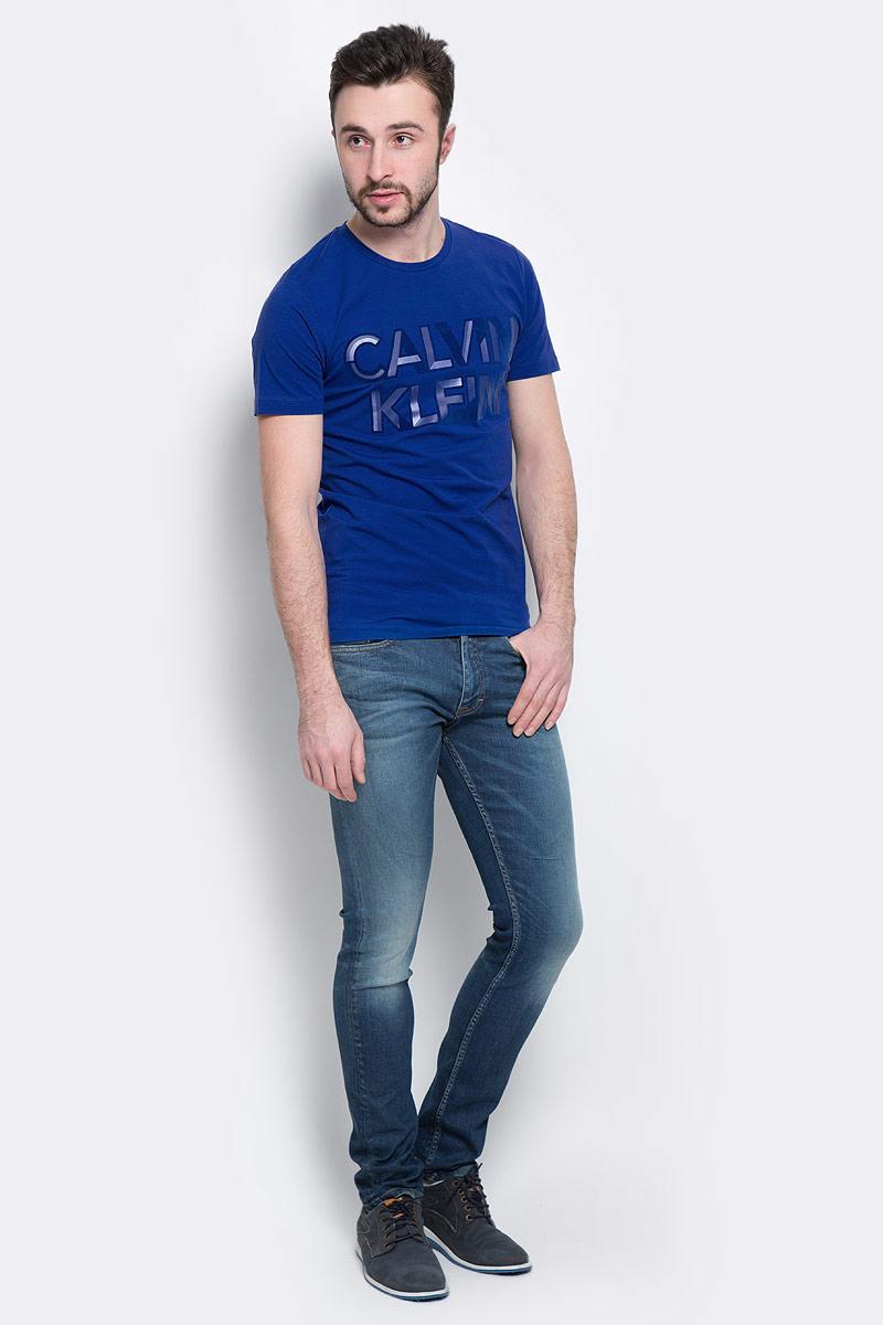 ДжинсыJ30J304293_9114Мужские джинсы Calvin Klein Jeans, выполненные из эластичного хлопка с небольшим добавлением эластана, отлично дополнят ваш образ. Ткань изделия тактильно приятная, не стесняет движений, позволяет коже дышать. Джинсы застегиваются в поясе на пуговицу и имеют ширинку на молнии. На модели предусмотрены шлевки для ремня. Спереди джинсы дополнены двумя втачными карманами и одним маленьким накладным, сзади - двумя накладными карманами. Оформлено изделие эффектом потертости и перманентными складками. Высокое качество кроя и пошива, актуальный дизайн и расцветка придают изделию неповторимый стиль ииндивидуальность. Модель займет достойное место в вашем гардеробе!