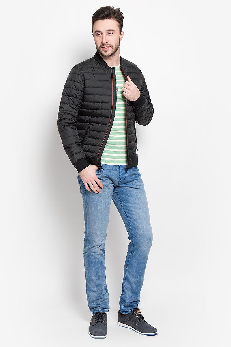 Куртка мужская Tom Tailor Denim, цвет: черный. 3532956.00.12_2999. Размер M (48)3532956.00.12_2999Стильная мужская куртка Tom Tailor Denim выполнена из полиэстера на подкладки из 100% полиэстера и рассчитана на прохладную погоду. Куртка поможет вам почувствовать себя максимально комфортно и стильно. Модель с длинными рукавами и воротником-стойкой застегивается на застежку-молнию. Воротник выполнен из трикотажной резинки. Низ рукавов и низ модели обработаны широкой эластичной манжетой. Куртка дополнена двумя прорезными карманами на кнопке. Модный дизайн и практичность - отличный выбор на каждый день!