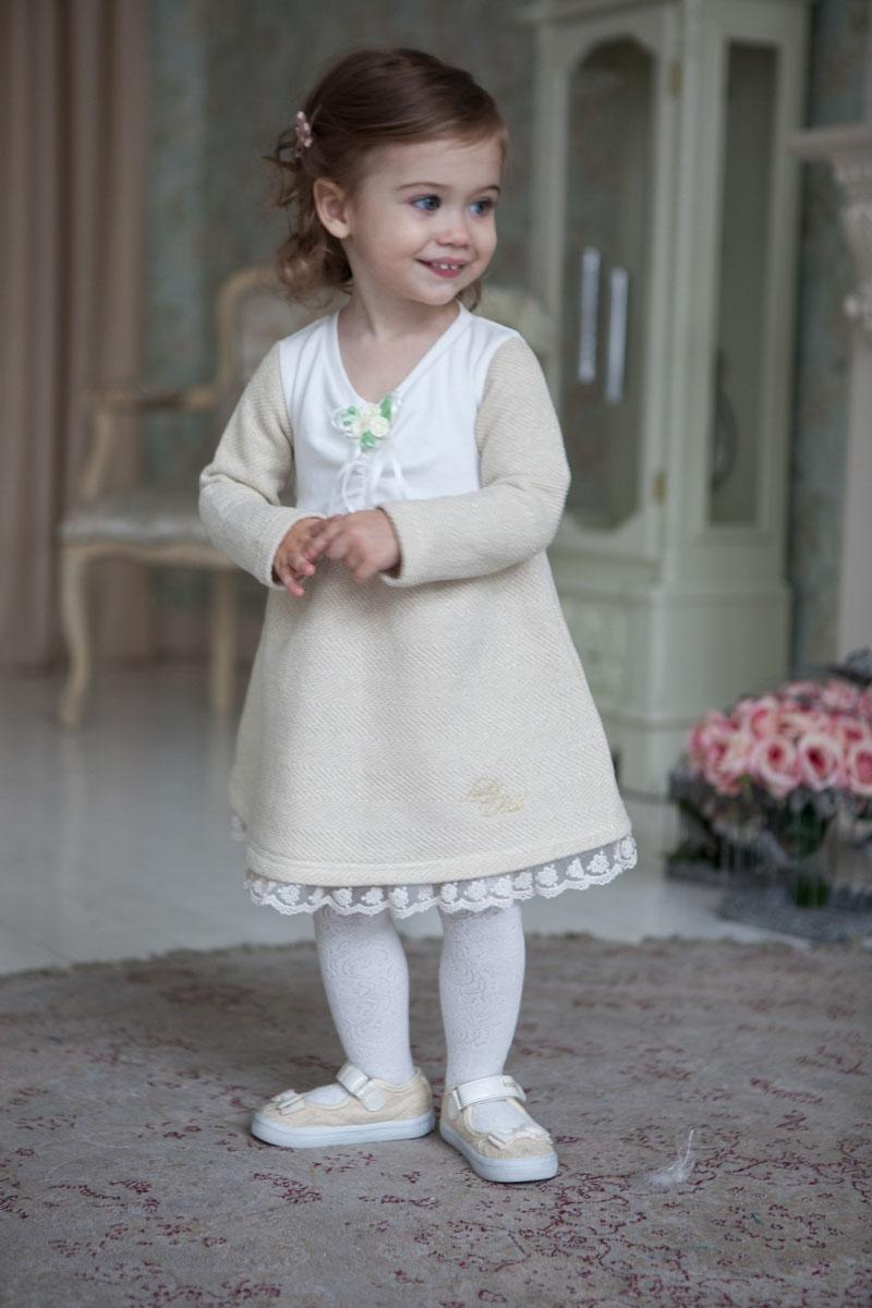 Платье53-65Идеальное платье для юной леди – можно в этом наряде и в гости сходить, и дома быть нарядной. Светлый оттенок смотрится идеально на любом празднике и подходит любой маленькой леди. Бутоньерки-розочки, молочное кружево по низу юбки и сборка по лифу добавляют наряду изысканность и торжественность. При пошиве этого платья использовались только натуральные ткани – интерлок и футер из 100% хлопка.