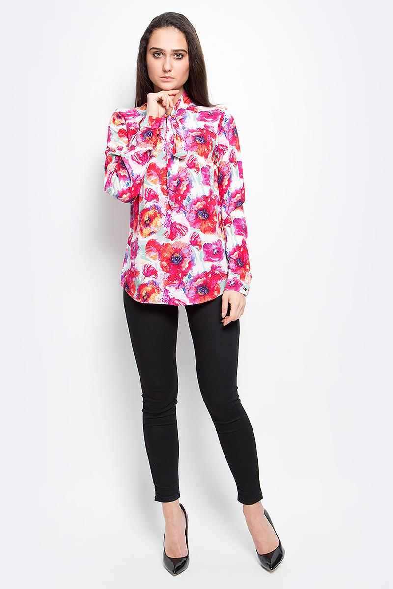 БлузкаB17-11073_317Стильная женская блуза Finn Flare выполнена из 100% вискозы. Блузка с длинными рукавами и воротником-аскот оформлена ярким цветочным принтом. Манжеты рукавов дополнены пуговицами.
