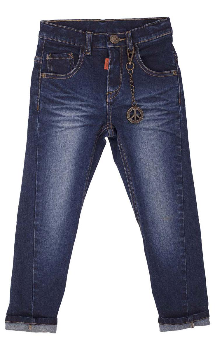 Джинсы21604BMC6301Что может быть лучше любимых джинсов? Только новые фирменные джинсы с брендированной фурнитурой и классным металлическим брелоком! Удобный крой, комфортный прямой силуэт, интересное конструктивное решение, модная варка делают джинсы непревзойденной моделью по удобству и функциональности. Купить модные джинсы для мальчика, значит, сделать его образ стильным и современным!