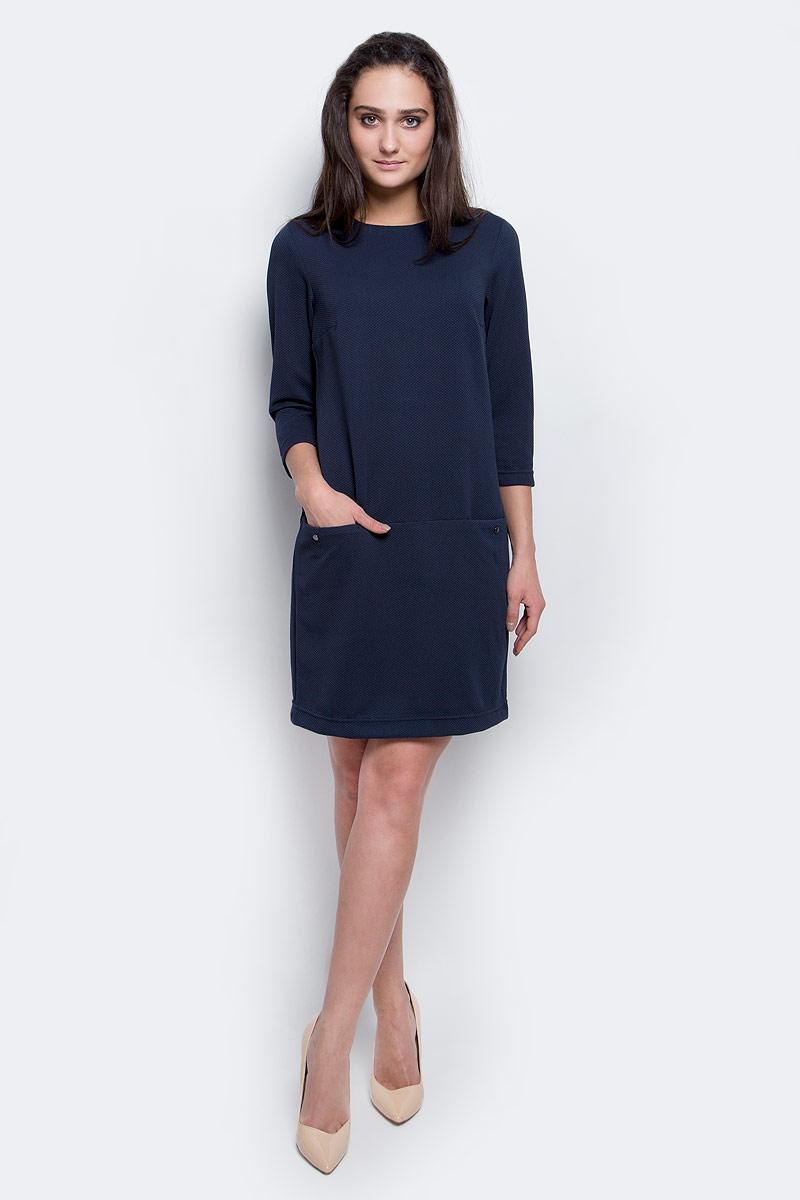 Платье Finn Flare, цвет: темно-синий. B17-11040_101. Размер L (48)B17-11040_101Модное платье Finn Flare станет отличным дополнением к вашему гардеробу. Модель выполнена из эластичного полиэстера. Платье-миди свободного кроя с круглым вырезом горловины и рукавами 3/4 застегивается на скрытую застежку-молнию, расположенную на спинке. Модель оформлена рельефным принтом. Спереди расположены два втачных кармана.