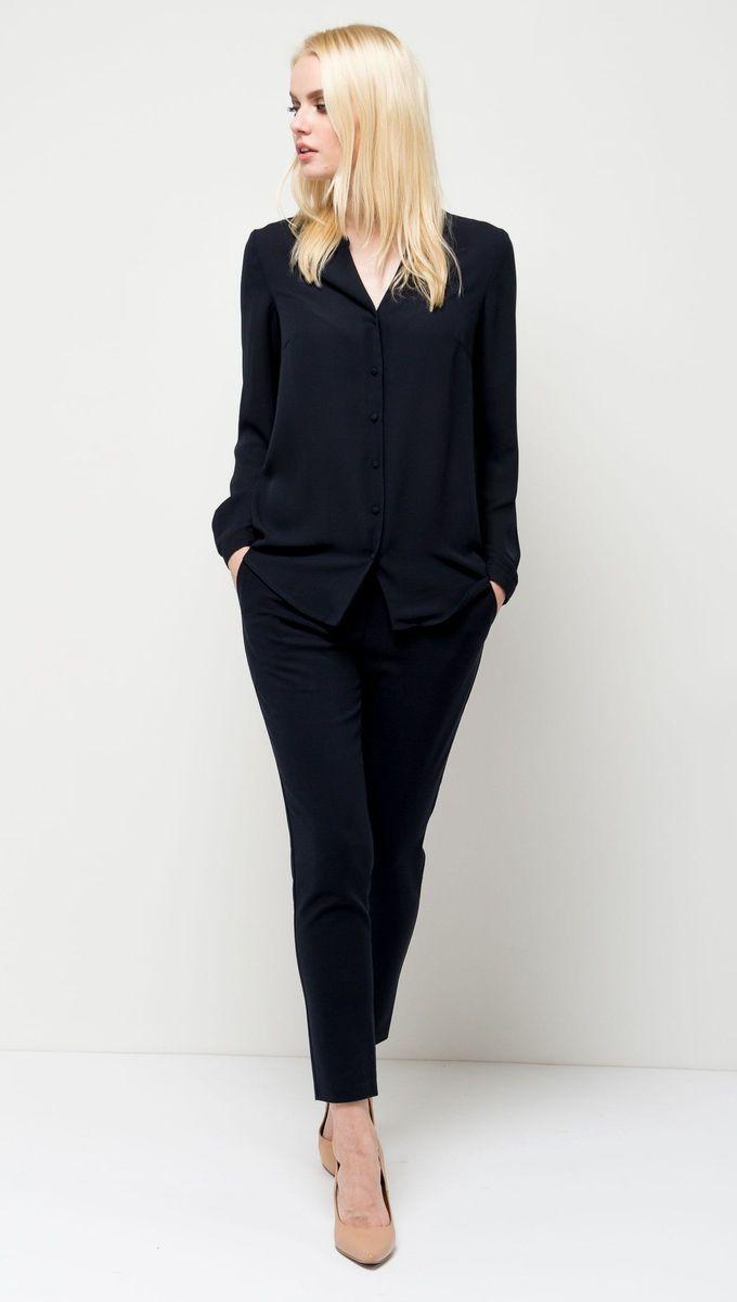 Блузка женская Sela, цвет: темно-синий. B-112/1168-7131. Размер 50B-112/1168-7131Оригинальная женская блузка Sela выполнена из воздушного материала. Модель прямого кроя с V-образным вырезом горловины и длинными рукавами застегивается на пуговицы. Манжеты рукавов также дополнены пуговицами. Блузка подойдет для офиса, прогулок и дружеских встреч и будет отлично сочетаться с джинсами и брюками, и гармонично смотреться с юбками. Мягкая ткань комфортна и приятна на ощупь.