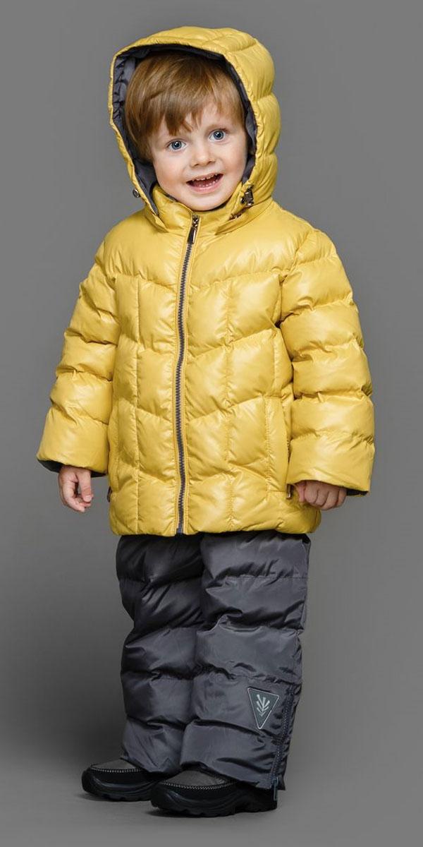Комплект верхней одежды39-149Теплый комплект Ёмаё идеально подойдет для ребенка в холодное время года. Комплект состоит из куртки и полукомбинезона, изготовленных из водоотталкивающей ткани с утеплителем из синтепуха. Подкладка выполнена из полиэстера. Куртка застегивается на пластиковую застежку-молнию и дополнена съемным капюшоном на кулиске. Низ рукавов с внутренними трикотажными манжетами - дополнительная защита от ветра и снега. Предусмотрены два прорезных кармана на молнии. Понизу куртка регулируется с помощью резинки на кулиске. Полукомбинезон с небольшой грудкой застегивается на пластиковую застежку-молнию и имеет наплечные лямки с пластиковым карабином, регулируемые по длине. Спереди он оформлен двумя втачными кармашками. На талии предусмотрена широкая эластичная резинка, которая позволяет надежно заправить в брюки водолазку или свитер. Снизу брючины дополнены внутренними манжетами с настроченной эластичной тесьмой с латексной нитью (антискользящая), которая фиксирует брючины на сапогах и...