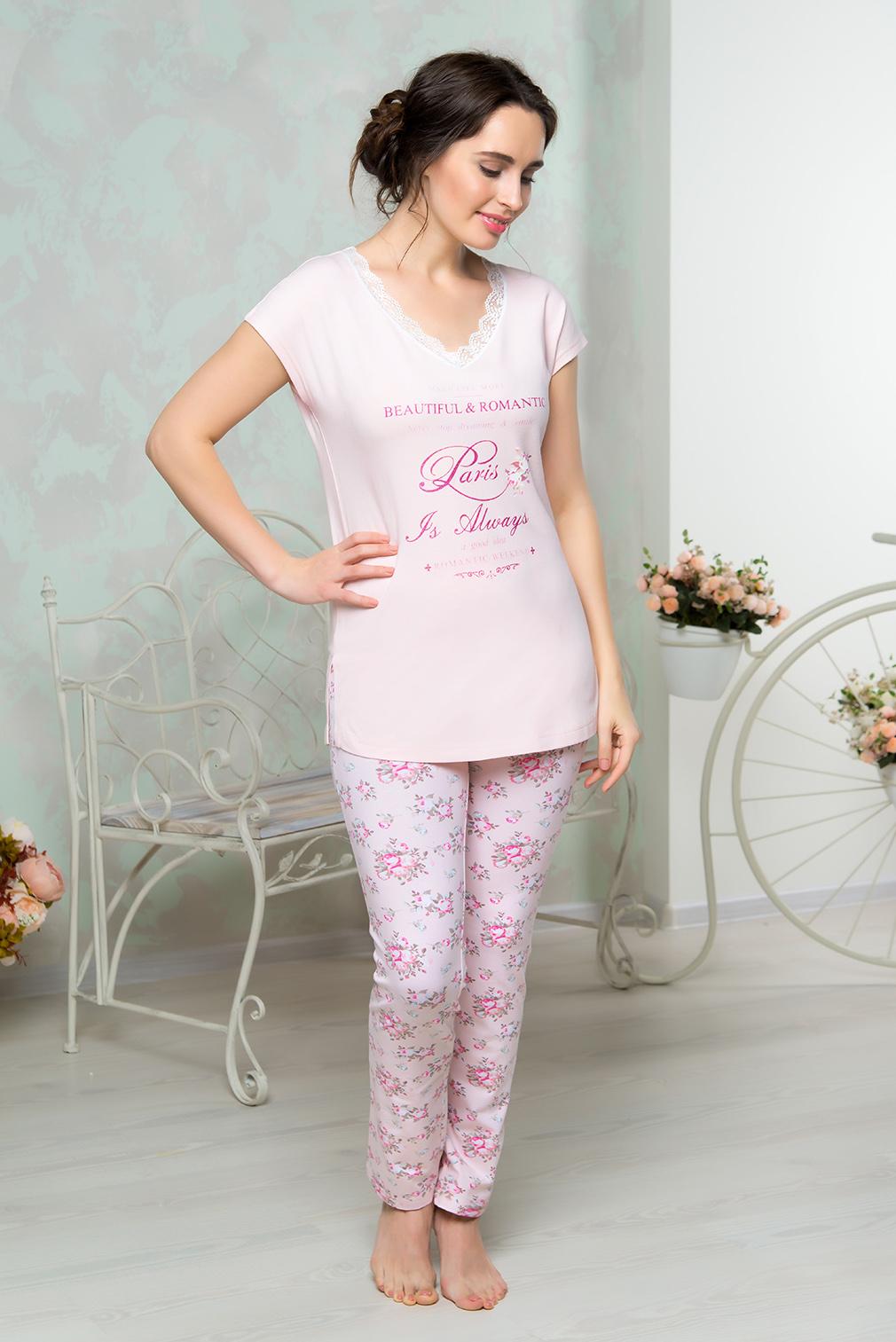 Комплект домашний женский Mia Cara: футболка, брюки, цвет: розовый. AW16-MCUZ-846. Размер 42/44AW16-MCUZ-846Комплект домашний одежды Mia Cara состоит из футболки и брюк. Модель выполнена из высококачественного хлопка с добавлением эластана. Футболка с V-образной горловиной дополнена кружевом и принтом с надписями. Брюки оформлены цветочным принтом.