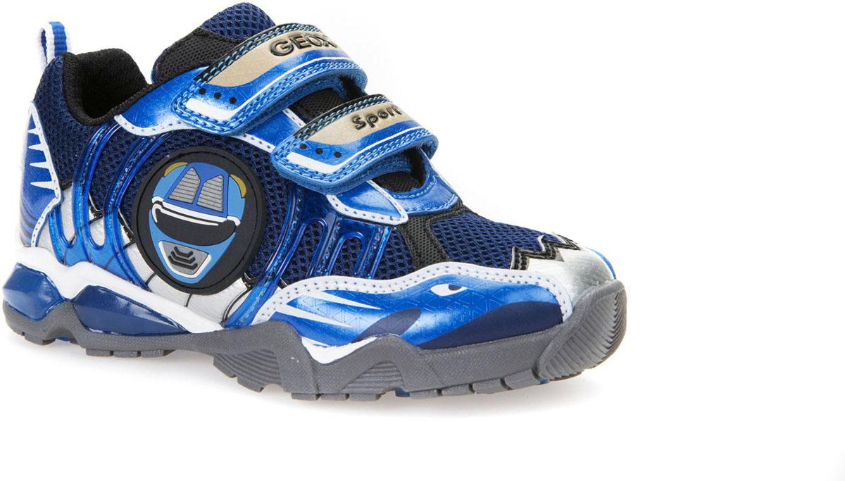 Кроссовки для мальчика Geox, цвет: темно-синий, синий, белый. J7294B014CEC4226. Размер 32J7294B014CEC4226Стильные кроссовки от Geox придутся вашему мальчику по нраву. Модель выполнена из комбинации сетчатого текстиля и искусственной кожи. Яркий дизайн и светящиеся элементы принесут радость и удовольствие. Ремешки - липучки в области подъема гарантирует надежную фиксацию обуви на ноге. Внутренняя поверхность и стелька, изготовленная из полиэстера, обеспечивают комфорт и уют. Подошва оснащена рифлением для лучшего сцепления с поверхностью. Оригинальные кроссовки займут достойное место в гардеробе вашего ребенка.