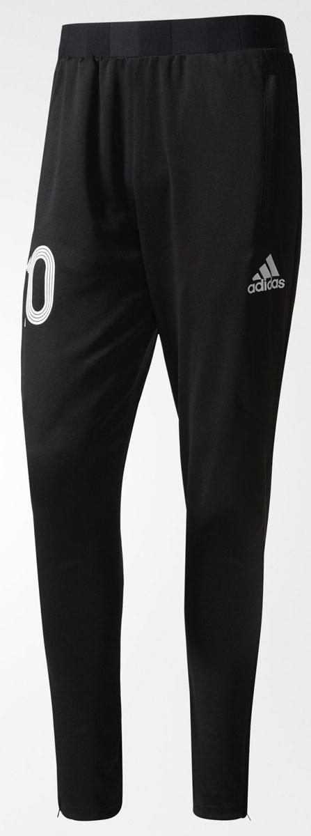 Брюки спортивныеAZ9705Брюки для футбола мужские adidas Tanip Trg Pnt выполнены из 100% полиэстера. Модель дополнена эластичным поясом и прорезными карманами.
