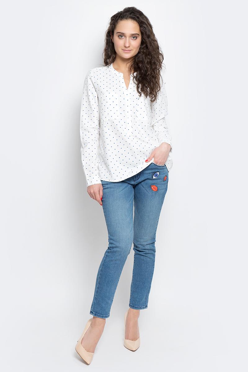 Блузка2033032.00.71_8005Женская блуза Tom Tailor Denim с длинными рукавами и V-образным вырезом горловины выполнена из натурального хлопка. Блузка имеет свободный удлиненный крой, дополнена двумя нагрудными карманами. Манжеты рукавов застегиваются на пуговицы. Модель оформлена контрастным принтом в горох.