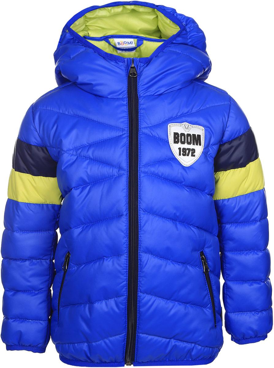 Куртка70035_BOB_вар.1Стильная куртка для мальчика Boom! изготовлена из 100% полиэстера. Подкладка выполнена из полиэстера с добавлением вискозы. В качестве утеплителя используется эко-синтепон. Куртка с капюшоном застегивается на застежку- молнию и дополнительно имеет защиту подбородка и внутреннюю ветрозащитную планку. Изделие дополнено спереди двумя прорезными карманами на застежках- молниях. Нижняя часть спинки оформлена фирменной светоотражающей нашивкой для безопасности ребенка в темное время суток. Низ модели и рукава дополнены эластичной резинкой.