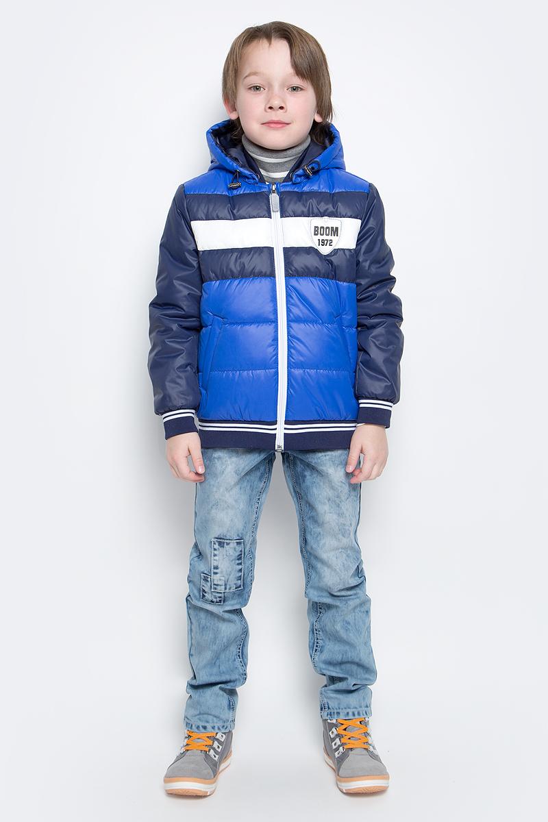 Куртка для мальчика Boom!, цвет: синий. 70012_BOB_вар.2. Размер 86, 1,5-2 года70012_BOB_вар.2Куртка-бомбер с утеплителем для мальчика Boom! изготовлена из полиэстера. Куртка застегивается на пластиковую застежку-молнию. У модели предусмотрены два врезных кармана.Съемный капюшон пристегивается на пуговицы. Капюшон оснащен резинкой-утяжкой со стопперами. Воротник, манжеты рукавов и низ куртки выполнены из эластичного трикотажного полотна.