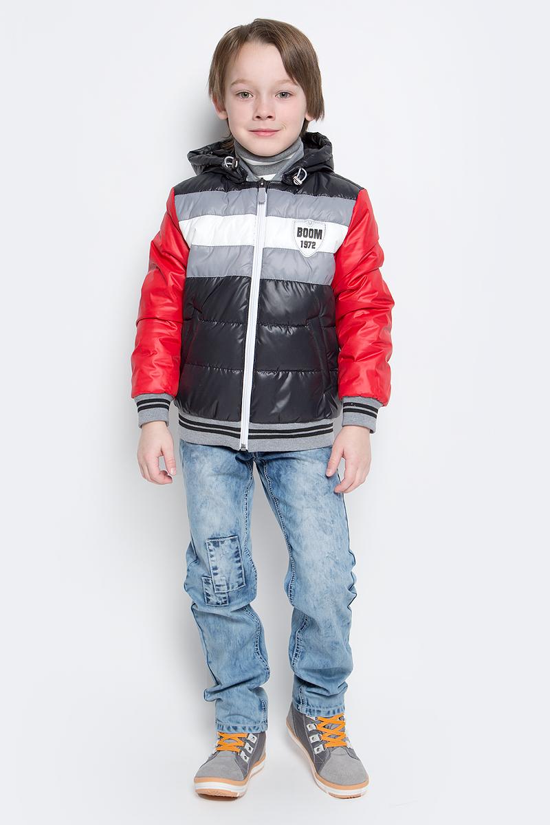 Куртка70012_BOB_вар.1Куртка-бомбер с утеплителем для мальчика Boom! изготовлена из полиэстера. Куртка застегивается на пластиковую застежку-молнию. У модели предусмотрены два врезных кармана. Съемный капюшон пристегивается на пуговицы. Капюшон оснащен резинкой-утяжкой со стопперами. Воротник, манжеты рукавов и низ куртки выполнены из эластичного трикотажного полотна.