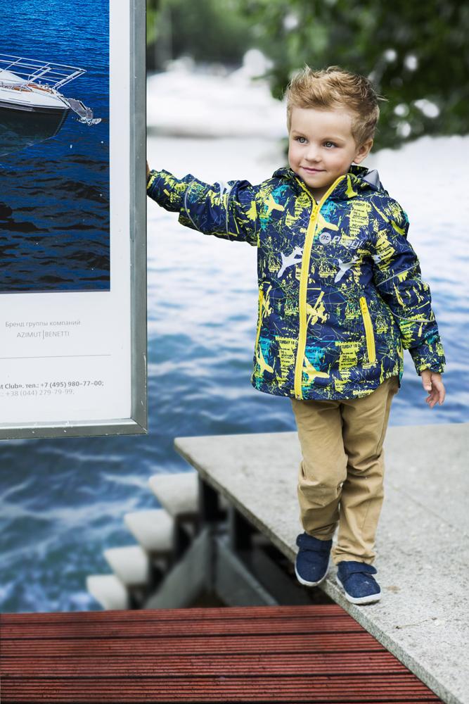 Куртка2jk704Удобная и комфортная куртка для мальчика atPlay! выполнена из качественного полиэстера, с покрытием Teflon от DuPont, которое облегчает уход за этой одеждой. Дышащая способность: 5000г/м и водонепроницаемость куртки: 5000мм. Куртка 2 в 1 с отстегивающейся флисовой поддевкой-кофточкой из материала Polar fleese, которая служит как утеплитель, а также ее можно носить отдельно. Такая кофточка отличное решение для весеннего периода, к тому же она изготовлена с антипиллинговой обработкой ворса для сохранения качественных характеристик на более длительный срок. Куртка с воротником-стойкой и отстегивающимся капюшоном застегивается на молнию с защитой подбородка. Манжеты рукавов дополнены широкими утягивающими хлястиками на липучках. Спереди модель оформлена двумя прорезными карманами на застежках-молниях, с внутренней стороны на поддевке-кофточке расположены два накладных кармана. Куртка оснащена светоотражающими полосками на рукавах и...