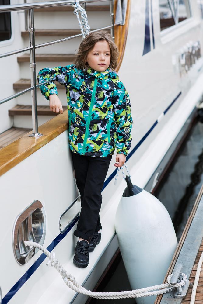 Куртка для мальчика atPlay!, цвет: черный, морская волна. 2jk708. Размер 104, 3-4 года2jk708Куртка для мальчика atPlay выполнена из качественного полиэстера. Внешний слой ткани обладает грязе- и водоотталкивающей способностью за счет покрытия Teflon. Это покрытие не позволяет воде проходить через верхний слой ткани, она скатывается в маленькие шарики и легко стряхивается с одежды, в случает загрязнения куртку достаточно протереть влажной губкой – это оптимальное решение на весну для юного исследователя. Весенний пейзаж иногда таит в себе множество испытаний, пройти которые под силу только настоящему естествоиспытателю. А экипировка, которая не подводит, только поможет ему в этом. Измерять глубину луж, запускать кораблики, спотыкаться на проталинках – мальчишки постоянно пробуют на прочность окружающий мир и себя! С весенней курткой от производителя детской верхней одежды At-Play! вы можете быть спокойны и за мир, и за куртку. А отличное настроение во время прогулки и маме, и ребенку обеспечит канадский бренд At-Play!.