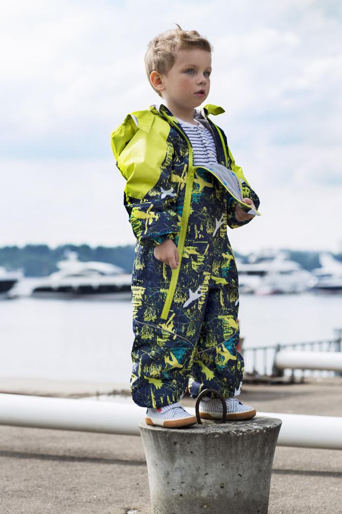 Комбинезон утепленный2ov702Комбинезон для мальчика выполнен из качественного материала. Лучший вариант для прогулки на свежем воздухе – слитный утепленный комбинезон. Удобен и практичен, не сковывает движения малыша. Конструкция комбинезона защищает от ветра и влаги – манжеты фиксируют ткань на запястьях и лодыжках, горловина надежно закрывает шею, капюшон объемный и вместительный – может надеваться на шапку в случае сильного ветра. Внешний слой ткани обладает грязе- и водоотталкивающей способностью за счет покрытия Teflon. Это покрытие не позволяет воде проходить через верхний слой ткани, она скатывается в маленькие шарики и легко стряхивается с одежды, в случает загрязнения комбинезон достаточно протереть влажной губкой.