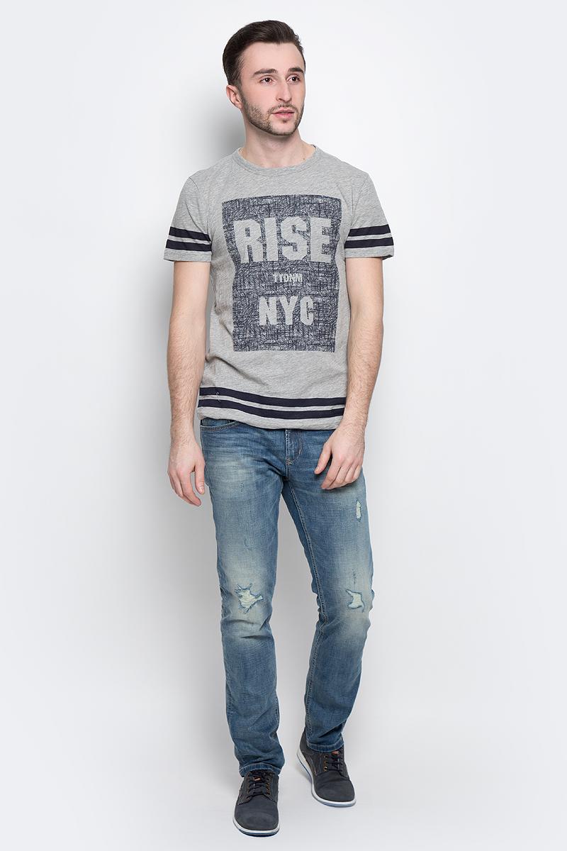 Футболка1037074.00.12_2132Стильная мужская футболка Tom Tailor Denim выполнена из натурального хлопка с добавлением полиэстера. Материал очень мягкий и приятный на ощупь, обладает высокой воздухопроницаемостью и гигроскопичностью, позволяет коже дышать. Модель прямого кроя с круглым вырезом горловины и короткими рукавами оформлена оригинальным принтом. Такая модель подарит вам комфорт в течение всего дня и послужит замечательным дополнением к вашему гардеробу.