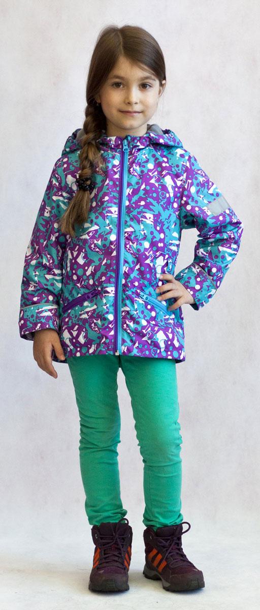 Ветровка3К1717Легкая весенняя ветровка от Jicco By Oldos из принтованной курточной ткани станет украшением весеннего гардероба. Такая курточка идеально подойдет на ветреную погоду с температурой +10…+20°С, она защитит от легкого весеннего дождя и переменчивого ветра. Модель имеет флисовую подкладку на груди, спинке и в капюшоне. Ветрозащитная планка снабжена защитой подбородка от прищемления. Капюшон не отстегивается, для лучшего прилегания по краю вшита резинка. Рукава прямые, талия присборена на резинку. Ветровка оснащена светоотражающими элементами и двумя накладными карманами на молнии. Модель декорирована красочным абстрактным принтом.