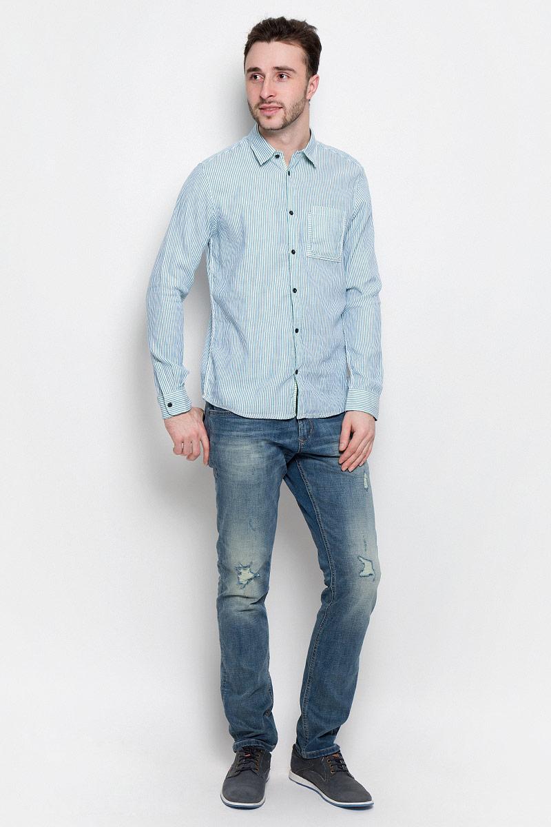 Рубашка2032969.00.10_6589Удобная мужская рубашка Tom Tailor, выполненная из натурального хлопка, мягкая и приятная на ощупь. Модель с отложным воротником и длинными рукавами застегивается спереди на пуговицы. Манжеты на рукавах также имеют застежки-пуговицы. Оформлена рубашка принтом в полоску и на груди дополнена накладным карманом.