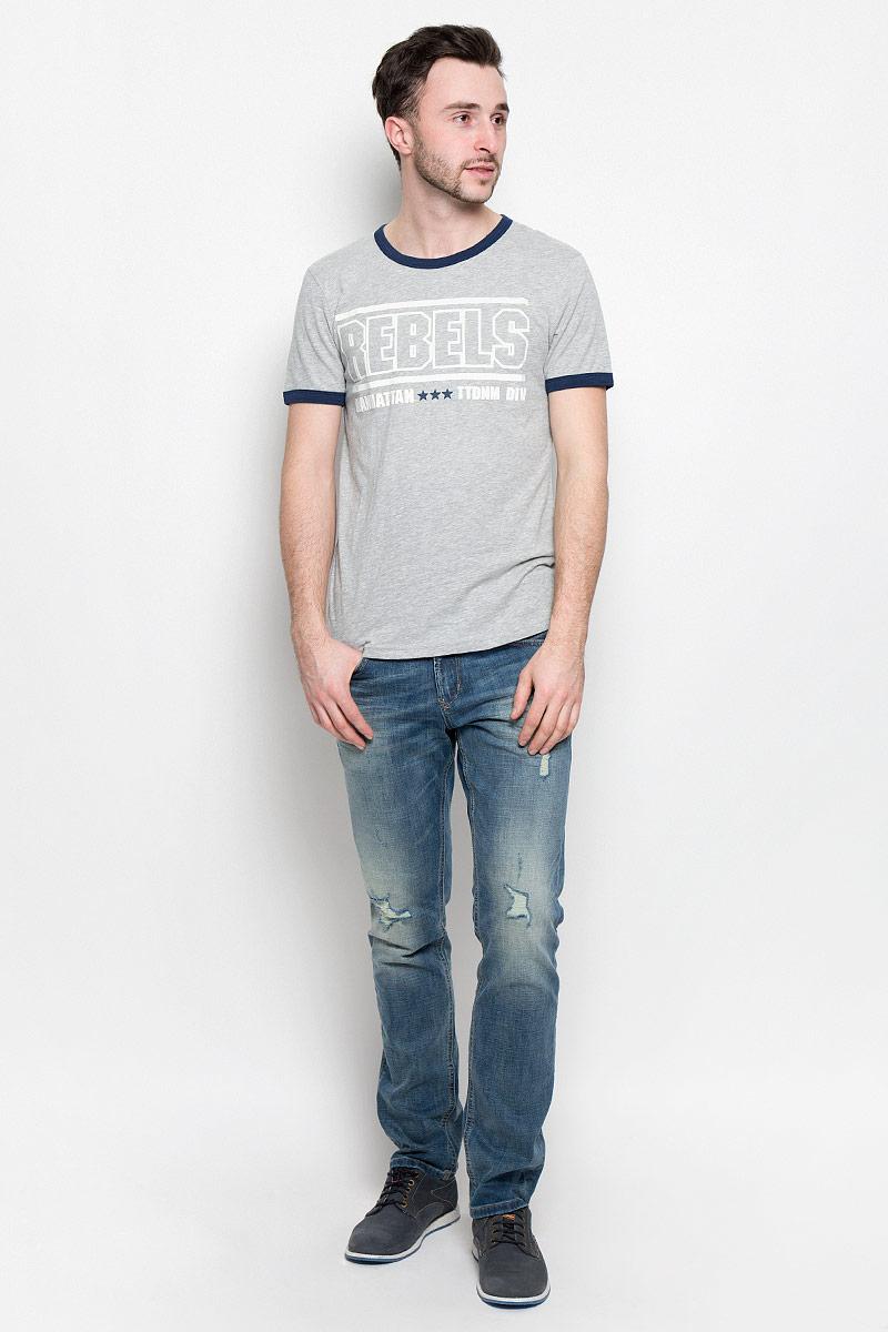 Футболка1037075.00.12_2607Стильная мужская футболка Tom Tailor Denim выполнена из натурального хлопка. Модель прямого кроя с круглым вырезом горловины и короткими рукавами оформлена оригинальным принтом. Вырез горловины и манжеты на рукавах дополнены трикотажной бейкой. Уважаемые клиенты! Обращаем ваше внимание, состав материала может незначительно отличаться от указанного.