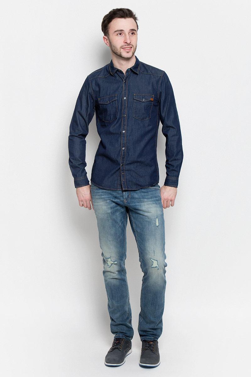 Рубашка2033024.00.12_1050Мужская рубашка Tom Tailor Denim выполнена из высококачественного тонкого хлопкового денима. Рубашка с длинными рукавами и отложным воротником застегивается на металлические кнопки спереди. Манжеты рукавов также застегиваются на кнопки. Рубашка имеет контрастную отстрочку. На груди расположены два накладных кармана с клапанами на кнопках.