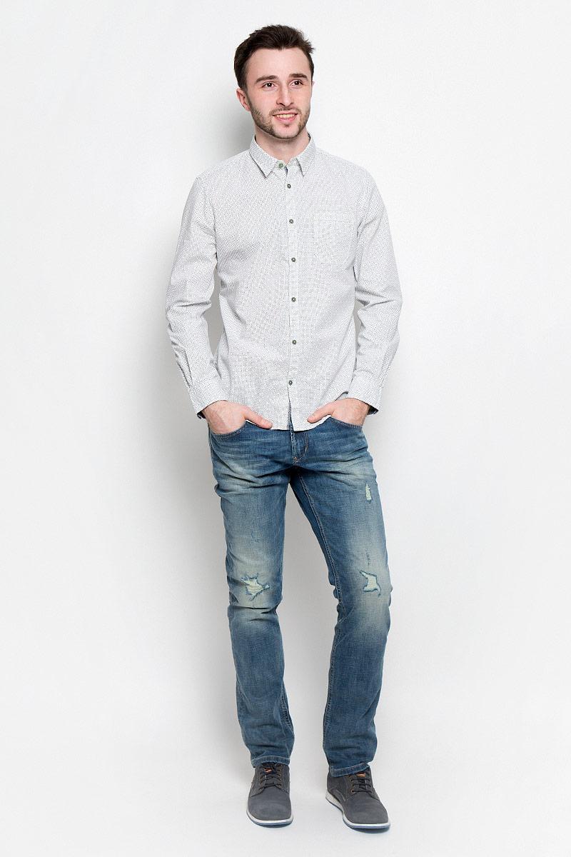 Рубашка2032970.00.10_2000Удобная мужская рубашка Tom Tailor, выполненная из натурального хлопка, мягкая и приятная на ощупь. Модель с отложным воротником и длинными рукавами застегивается спереди на пуговицы. Манжеты на рукавах также имеют застежки-пуговицы. Оформлена рубашка мелким принтом и дополнена накладным карманом.