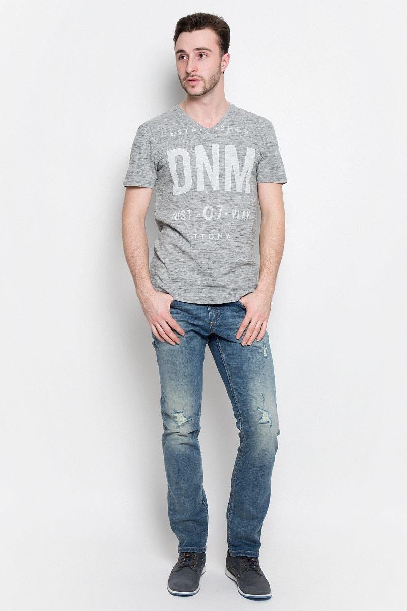 Футболка1036925.09.12_2607Стильная мужская футболка Tom Tailor Denim выполнена из натурального хлопка с добавлением полиэстера. Модель с V- образным вырезом горловины и короткими рукавами оформлена принтом с надписями.
