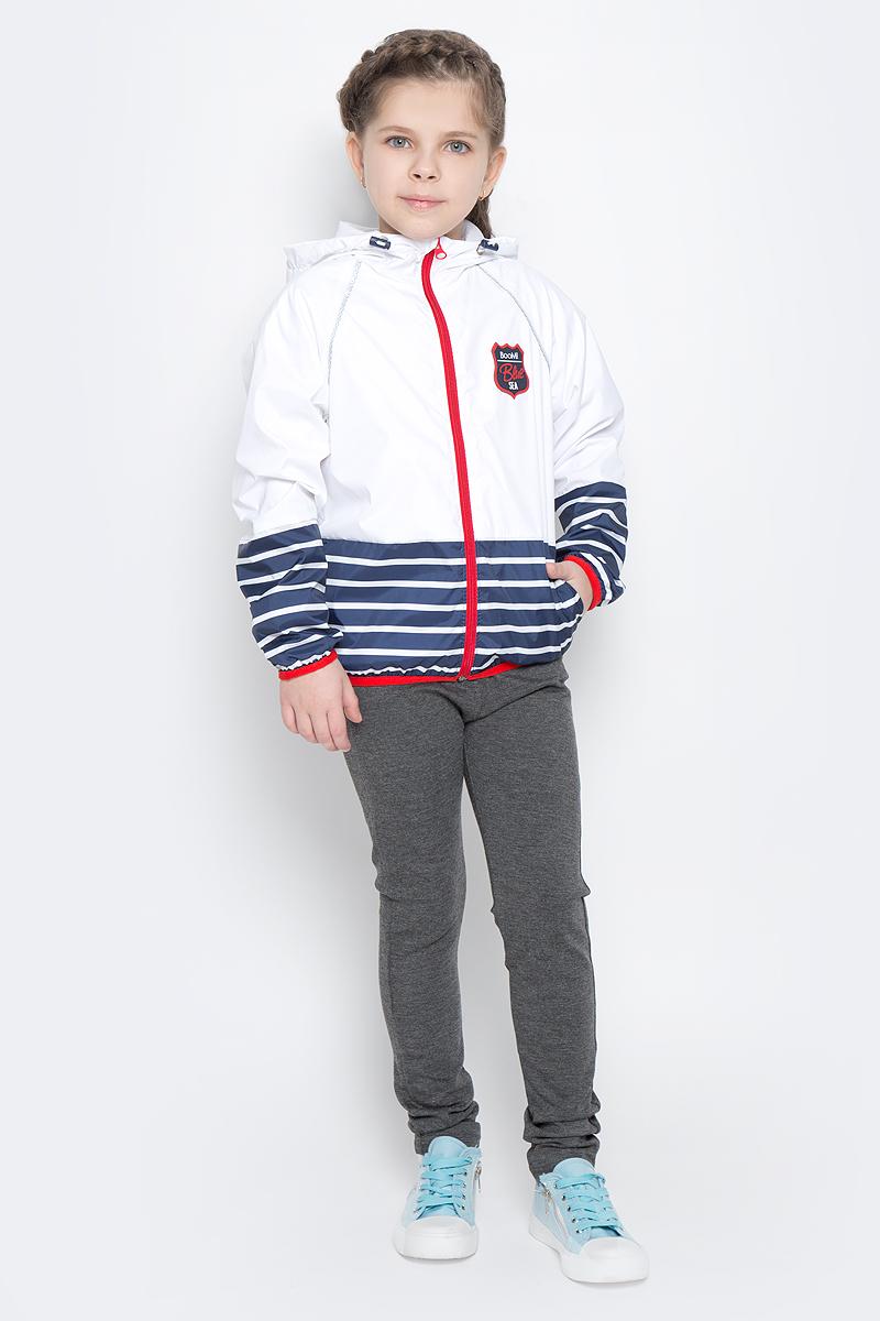 Куртка70018_BOG_вар.1Легкая куртка для девочки Boom! изготовлена из полиэстера с комбинированной подкладкой из полиэстера и поликоттона. Модель с капюшоном застегивается на молнию. Капюшон дополнен резинкой-утяжкой со стопперами. Нижняя часть куртки и рукавов оформлена принтом в полоску. Спереди у модели расположены два прорезных кармана и оригинальная нашивка. Рукава и низ куртки дополнены тонкими резинками.