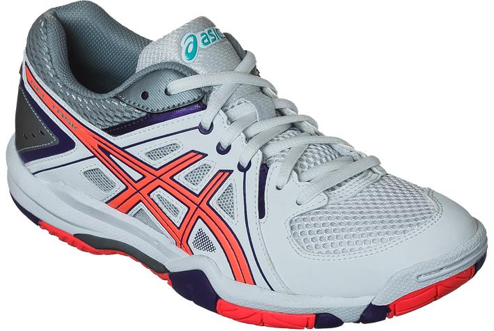 КроссовкиB555Y-0147Женские кроссовки Asics Gel-Task - это удобная обувь для зальных видов спорта. Модель выполнена из комбинации сетчатого текстиля и легкой искусственной кожи. Подъем оформлен классической шнуровкой, которая надежно фиксирует обувь на ноге и регулирует объем. Стелька, идеально подстраивающаяся под анатомические контуры стопы, изготовлена из ЭВА материала с верхним покрытием из текстиля. Подкладка из текстиля обеспечит уют. Вставка из термостойкого геля на силиконовой основе значительно уменьшает нагрузку на пятку, колени и позвоночник спортсменки, снижая возможность получения травмы. По бокам кроссовки декорированы оригинальным принтом. Язычок и задник дополнены символикой бренда. Колодка California предназначена для стабильности и комфорта. Система Trusstic - обеспечивает стабильность и, в комбинации с формованной средней подошвой, предотвращает скручивание. Износостойкая подошва оснащена рифлением.