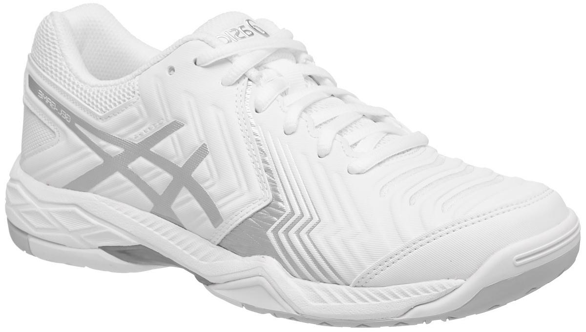 Кроссовки для тенниса женские Asics Gel-Game 6, цвет: белый, серебристый. E755Y-0193. Размер 9 (39)E755Y-0193С теннисными кроссовками Asics Gel-Game 6 вы неприкосновенны. Это исключительные женские теннисные кроссовки среднего класса, разработанные специально для тех теннисистов, которым необходима прочность и надежное сцепление с поверхностью. Эти кроссовки позволят хорошо зафиксировать ступню и контролировать ход игры с задней части корта. Поэтому, когда нужно совершить рывок для укороченного удара, вы не почувствуете дискомфорта, ведь усиленная амортизация позволяет легко поворачиваться на внешней поверхности подошвы и быстро изменять направление при возвращении. У подошвы кроссовок Asics Gel-Game 6 однородная резиновая поверхность, которая с легкостью выдерживает воздействие грубых материалов покрытия хард.