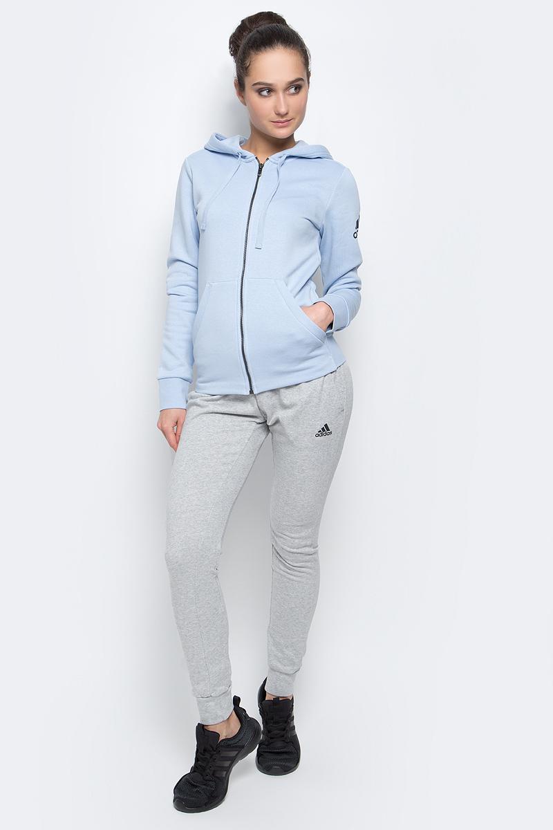 Толстовка женская adidas Ess Solid Fz Hd, цвет: голубой. B47311. Размер XS (40/42)B47311Женская спортивная толстовка Adidas Ess Solid Fz Hd изготовлена из хлопка с добавлением полиэстера.Модель с длинными рукавами и капюшоном застегивается на застежку-молнию спереди. Объем капюшона регулируется при помощи шнурка-кулиски. Толстовка дополнена двумя накладными карманами спереди. Изделие оформлено контрастным принтом с логотипом бренда на рукаве. Низ и рукава толстовки дополнены эластичными манжетами.