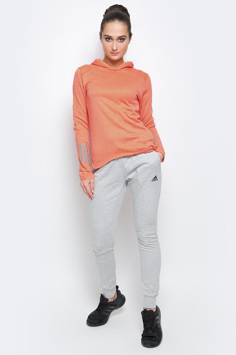 Худи женское adidas Rs Astro Hood W, цвет: ярко-персиковый. BK3160. Размер M (46/48)BK3160Худи adidas RS ASTRO HOOD W выполнено из быстросохнущего мягкого флиса. С внутренней стороны модель дополнена теплой подкладкой. Ткань с технологией climalite® быстро и эффективно отводит влагу с поверхности кожи, поддерживая комфортный микроклимат. Худи с капюшоном и длинными рукавами оформлено светоотражающими деталями и надписью бренда. Манжеты на рукавах дополнены прорезями для больших пальцев.