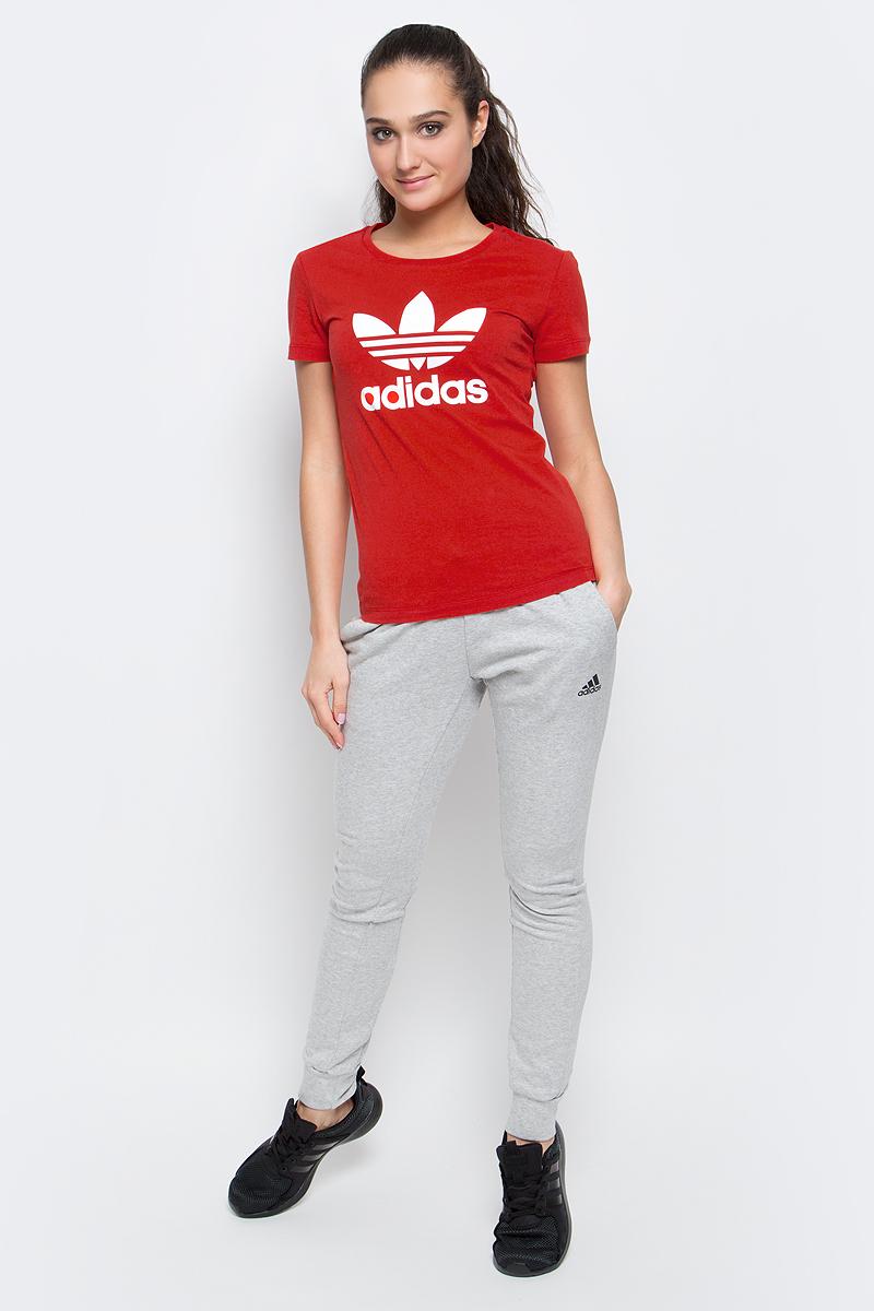 Футболка женская adidas Trefoil Tee, цвет: красный. BK2098. Размер 34 (42)BK2098Футболка Trefoil Tee от adidas выполнена из натурального хлопка. У модели круглый вырез горловины и короткие стандартные рукава. Грудь декорирована фирменным логотипом бренда.