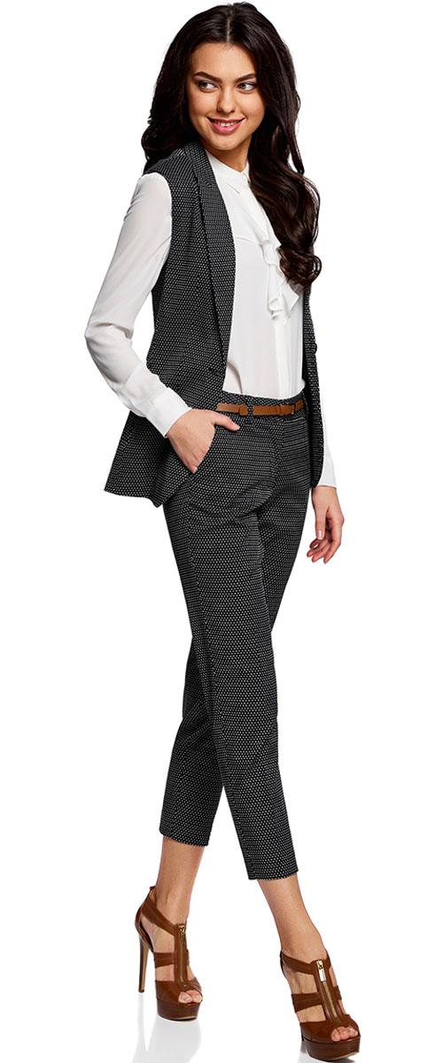Брюки21706021-4/46373/3050DЖенские укороченные брюки oodji Collection выполнены из высококачественного материала. Модель-слим стандартной посадки застегивается на пуговицу в поясе и ширинку на застежке-молнии. Пояс имеет шлевки для ремня. Спереди брюки дополнены втачными карманами, сзади - прорезным. Модель дополнена ремешком.