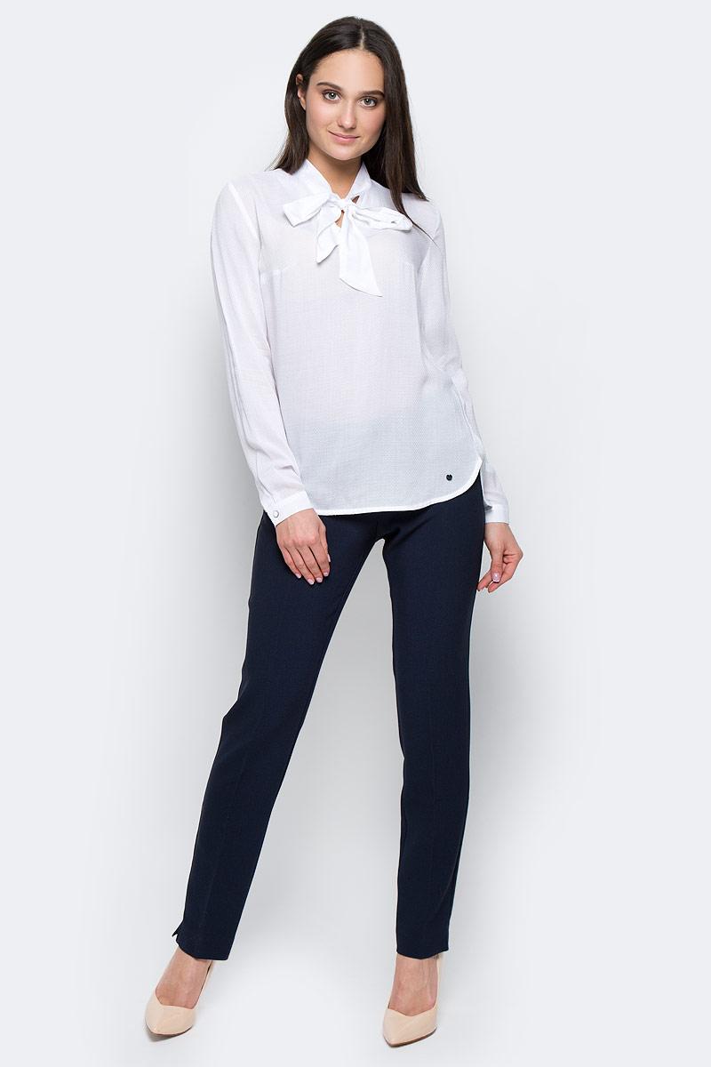 Блузка женская Finn Flare, цвет: белый. B17-11053. Размер L (48)B17-11053Стильная блузка Finn Flare выполнена из вискозы. Модель оформлена воротником-стойкой на завязках, манжеты рукавов застегиваются на пуговицы. Блузка декорирована маленьким металлическим элементом с названием бренда. Блузка свободного кроя с закругленным низом и разрезами по бокам, спинка слегка длиннее переда.