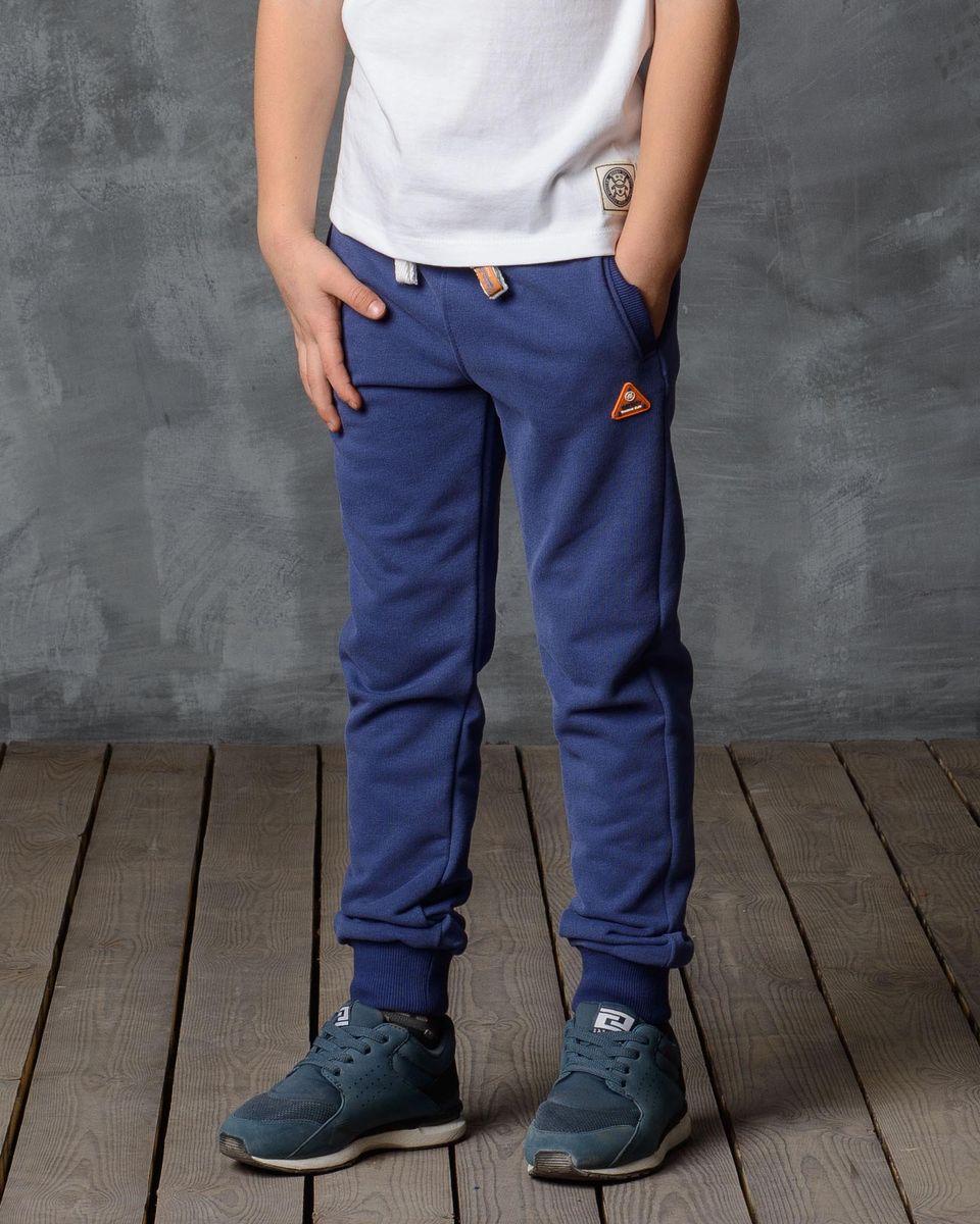 Брюки спортивные для мальчика Modniy Juk, цвет: синий. 15В00010702_TRAINING_СLUB. Размер 110/11615В00010702/TRAINING_СLUB/Спортивные брюки Modniy Juk изготовлены из высококачественной мягкой ткани. Модель полуприлегающего силуэта. Комфортный мягкий пояс и манжеты из трикотажной резинки. Брюки дополнены боковыми карманами. Яркая нашивка в стиле Modniy Juk.