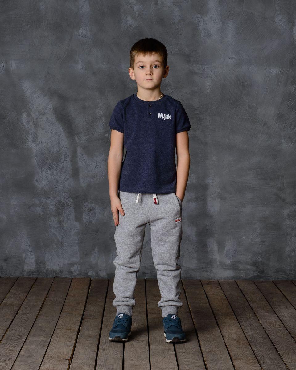 Брюки для мальчика Modniy Juk, цвет: серый меланж. 15В00160700. Размер 30 (116)15В00160700Удобные брюки для мальчика Modniy Juk MJ идеально подойдут вашему ребенку для отдыха, прогулок или занятий спортом. Изготовленные из хлопка с добавлением полиэстера, они необычайно мягкие и приятные на ощупь, не сковывают движения, сохраняют теплои позволяют коже дышать, не раздражают даже самую нежную и чувствительную кожу ребенка, обеспечивая наибольший комфорт. Лицевая сторона гладкая, а изнаночная - с мягким теплым начесом. Брюки спортивного стиля на талии имеют широкую эластичную резинку, благодаря чему, они не сдавливают живот ребенка и не сползают. Объем талии регулируется с помощью шнурка. По бокам модель дополнена двумя прорезными кармашками. Спереди брюки оформлены вышитым названием бренда M&J, а сзади небольшим накладным кармашком.Снизу брючины дополнены широкими трикотажными манжетами.Такие брюки станут модным и стильным предметом детского гардероба.