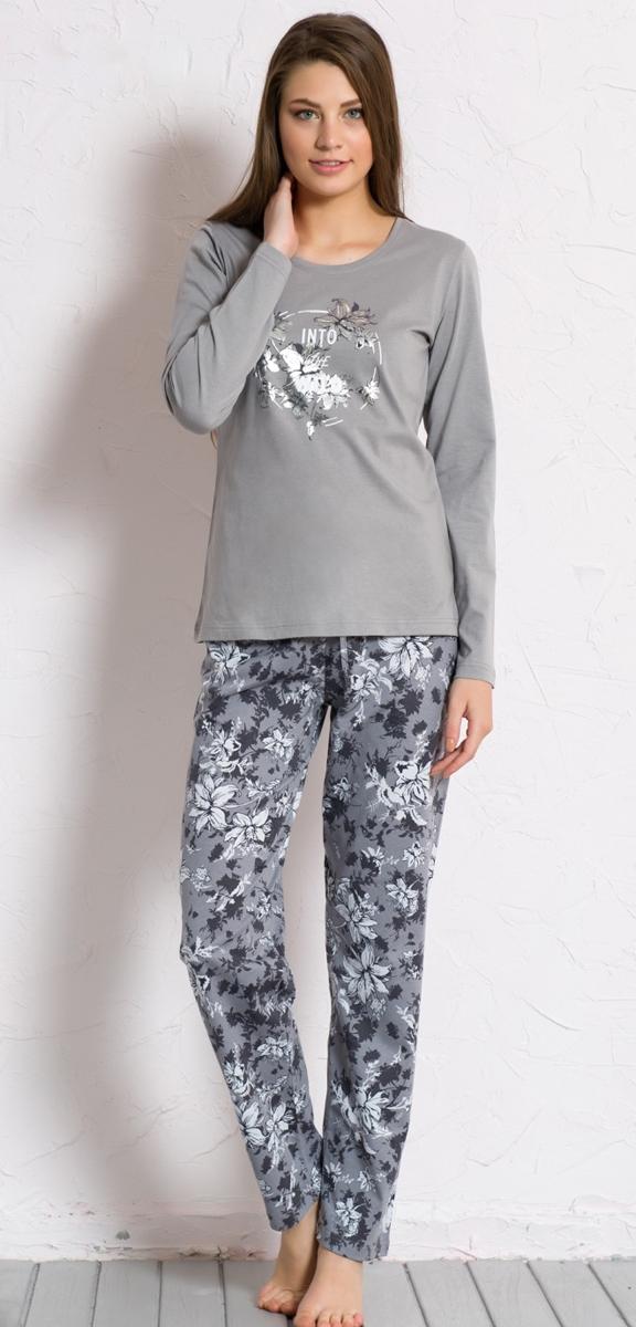 Домашний комплект604117 6741Домашний женский костюм Vienettas Secret, состоящий из лонгслива и брюк, изготовлен из натурального хлопка. Лонгслив с круглым вырезом горловины и длинными рукавами оформлен стильным принтом. Брюки прямого кроя с эластичным поясом имеют утягивающий шнурок, который улучшает посадку на талии. Выполнено изделие принтом с цветами.