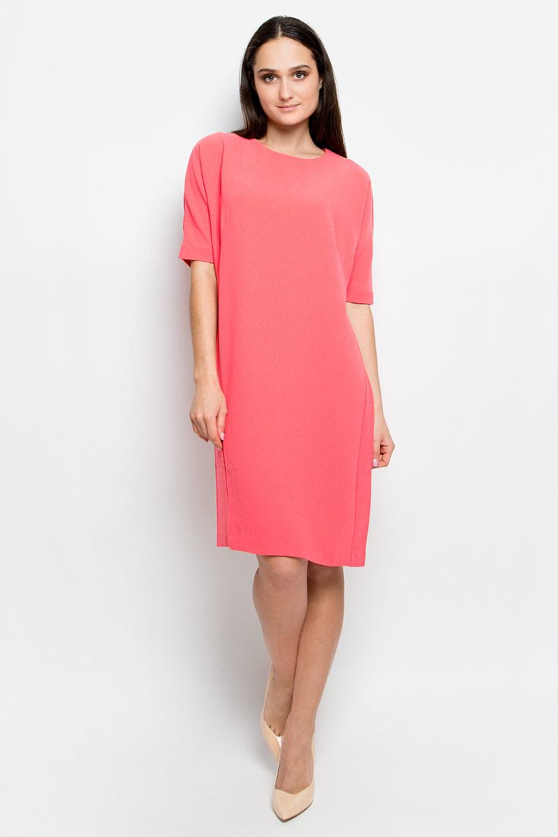 Платье Baon, цвет: розовый. B457018. Размер L (48)B457018_PieplantПлатье Baon выполнено из эластичной фактурной ткани. У модели рукава «летучая мышь», круглый вырез горловины и слегка зауженная юбка. Спинка застегивается на пуговицу.