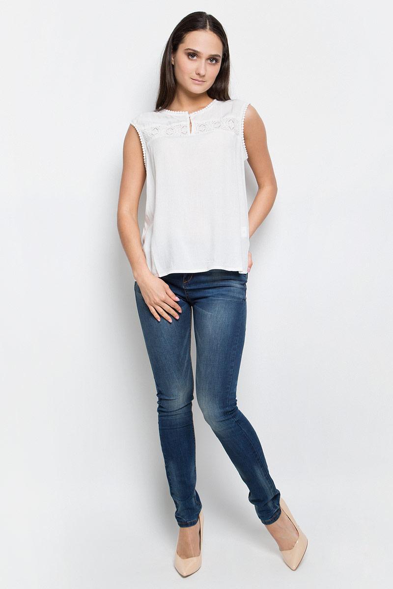Блузка женская Baon, цвет: белый. B267035. Размер M (46)B267035_MilkЖенская блузка Baon выполнена из 100% вискозы. Модель с круглым вырезом горловины спереди застегивается на пуговицу.
