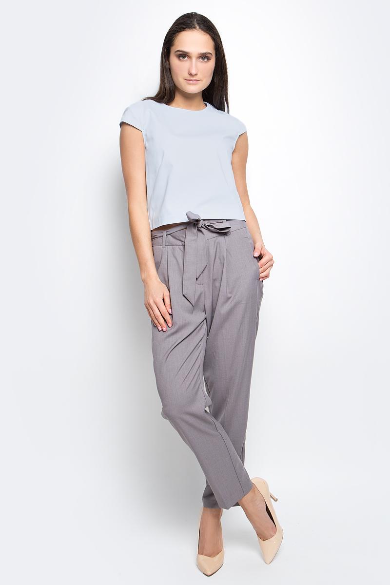 БлузкаB197031_BlackЖенская блузка Baon выполнена из хлопка с добавлением полиамида и эластана. Модель с кроткими рукавами и круглым вырезом горловины сзади застегивается на застежку-молнию.