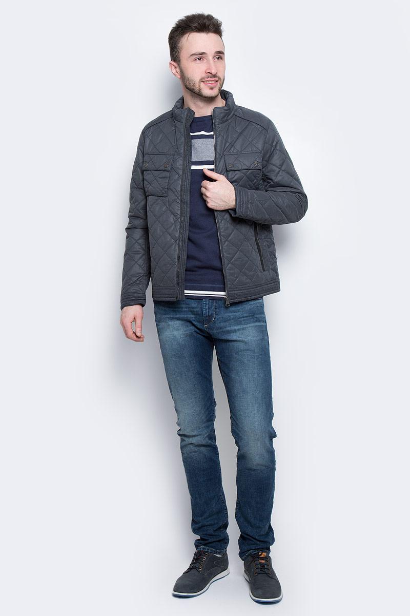 Куртка3533179.00.10_6889Мужская куртка Tom Tailor с длинными рукавами и воротником-стойкой выполнена из полиэстера. Наполнитель - синтепон. Куртка застегивается на застежку-молнию спереди. Изделие оснащено двумя втачными карманами на молниях и двумя накладными карманами с клапанами на кнопках спереди, а также внутренним втачным карманом на застежке-молнии. Модель оформлена стеганым узором.