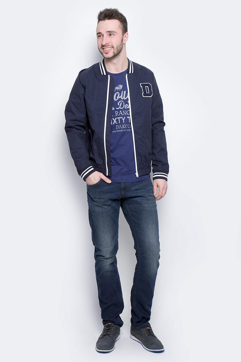 Куртка мужская Tom Tailor Denim, цвет: темно-синий. 3533233.00.12_6576. Размер XXL (54)3533233.00.12_6576Стильная мужская куртка-бомбер Tom Tailor Denim выполнена из 100% хлопка. Подкладка изготовлена из гладкого полиэстера. Модель с длинными рукавами реглан и V-образным вырезом горловины застегивается на застежку-молнию. Спереди расположены два прорезных кармана с клапанами на пуговице, внутри - прорезной карман на кнопке. Манжеты рукавов, горловина и низ куртки снабжены эластичными резинками. Модель дополнена нашивкой в виде буквы D.