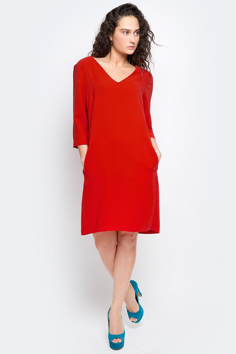 Платье Selected Femme, цвет: красный. 16053026. Размер 40 (46)16053026_Flame ScarletМодное платье Selected Femme изготовлено из высококачественного полиэстера. Модель-миди прямого кроя с V-образным вырезом горловины и рукавами 3/4 застегивается на застежку-молнию, расположенную на спинке.