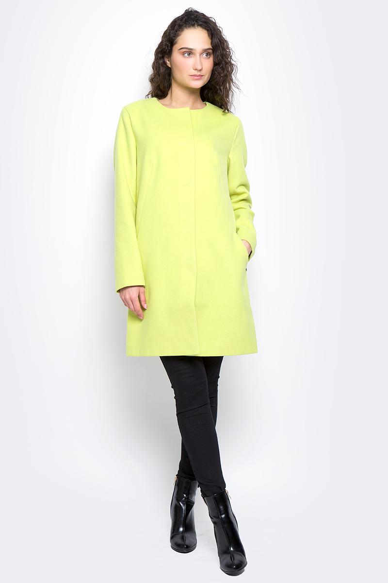 Пальто женское Finn Flare, цвет: светло-лимонный. B17-11091_518. Размер M (46)B17-11091_518Пальто женское Finn Flare изготовлено из мягкой смесовой ткани. Тонкая подкладка изготовлена из полиэстера. Модель с круглой горловиной застегивается на металлические кнопки. Пальто прямого кроя дополнено спереди двумя врезными карманами.