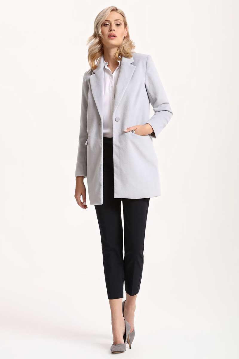 ПальтоSPZ0366GBЖенское пальто Top Secret выполнено из высококачественного комбинированного материала. Модель с воротником с лацканами и длинными рукавами застегивается на пуговицу.
