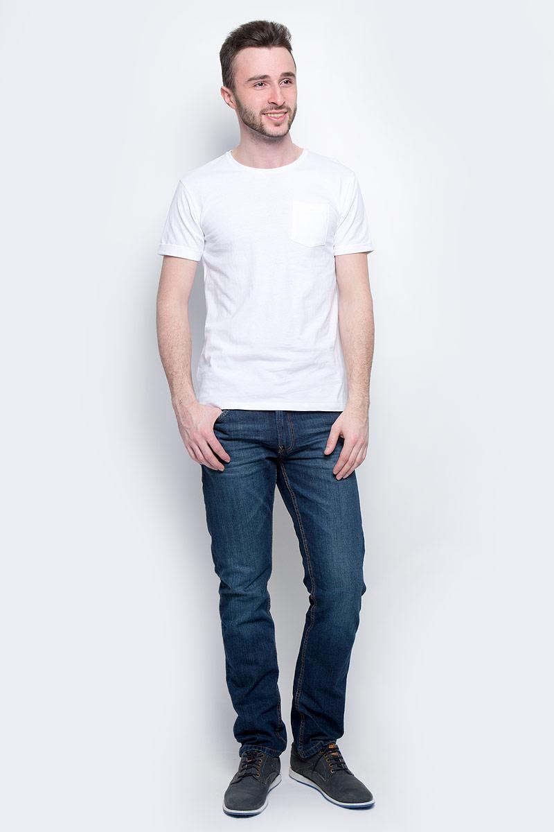 ФутболкаB737075_Deep NavyМужская футболка Baon выполнена из натурального хлопка. Модель с круглым вырезом горловины и короткими рукавами с небольшими отворотами на груди дополнена накладным карманом.