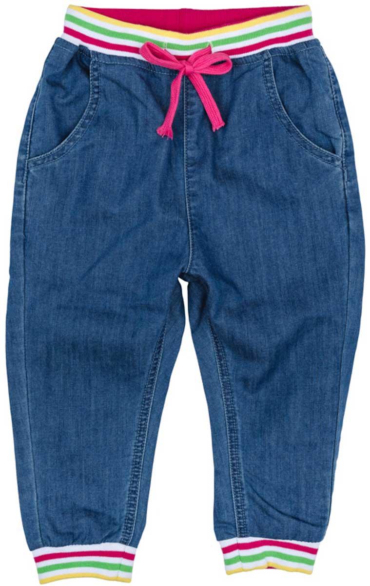 Джинсы172169Такая модель джинс подойдет вашему ребенку для отдыха и прогулок. Мягкая ткань не сковывает движений ребенка. Джинсы с эффектом потертости. Модель в спортивном стиле. Низ брючин отделан мягкими резинками. Модель на широкой резинке, дополнительно снабжена регулируемым шнуром - кулиской.