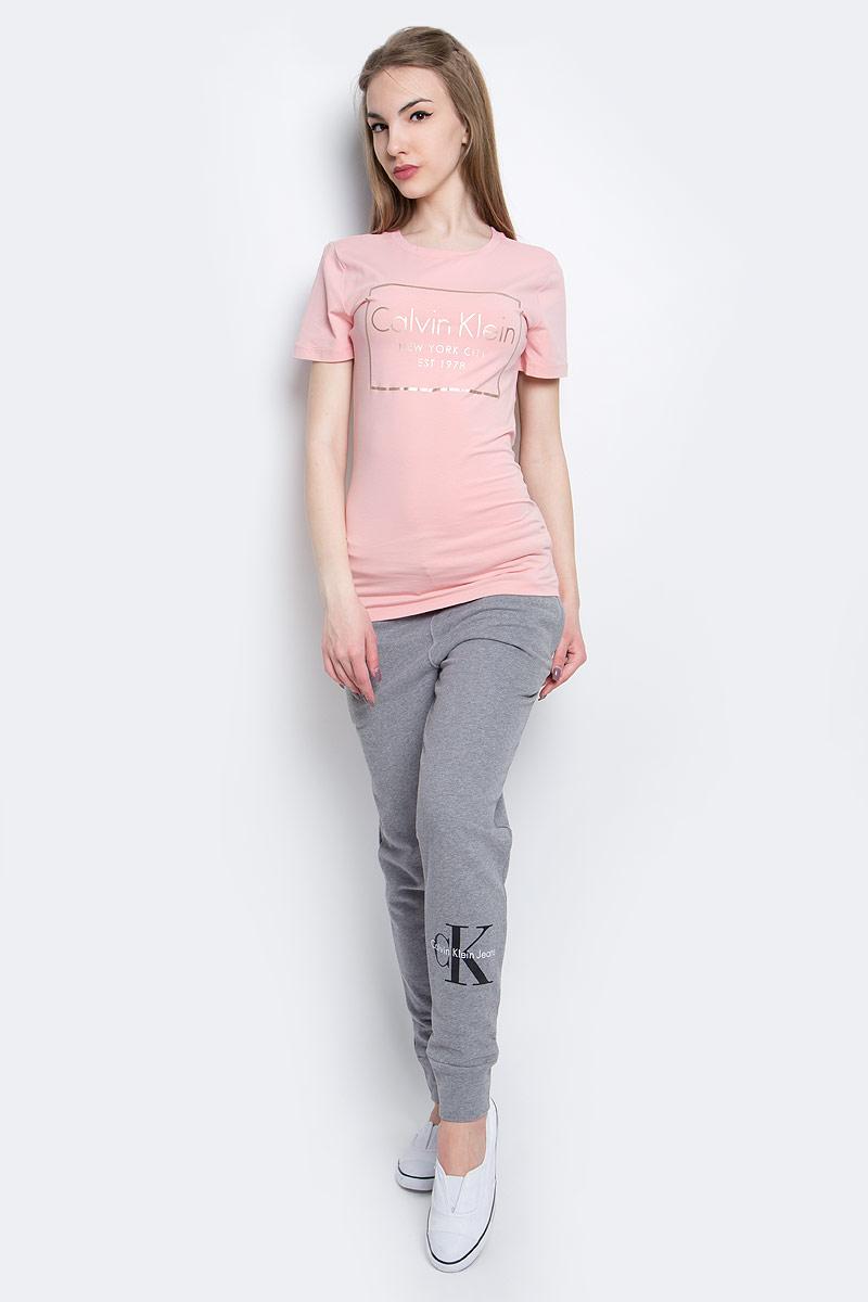 Футболка женская Calvin Klein Jeans, цвет: розовый. J20J205315_6900. Размер XL (50/52)J20J205315_6900Женская футболка Calvin Klein Jeans изготовлена из высококачественного эластичного хлопка. Модель с короткими рукавами и круглым вырезом горловины украшена блестящим принтом с логотипом бренда.